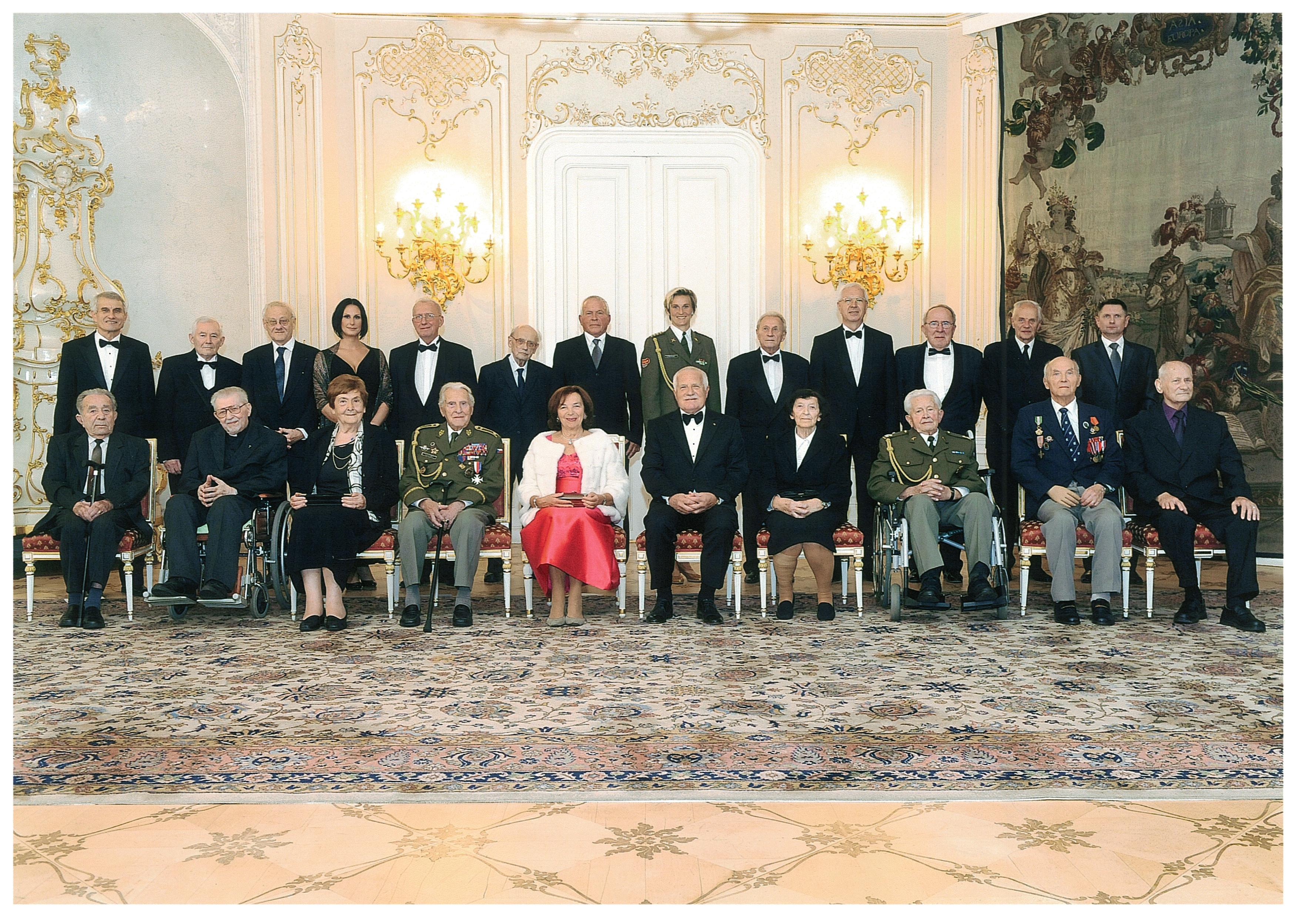 28.10.2012 laureáti státních cen s manžely Klausovými